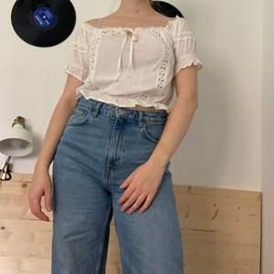 Denna jättefina blus är ifrån Judits secondhand! Den är i mycket  bra kvalitet använd ett fåtal gånger! Den går att styla på flera olika sett🍂