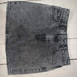 En svart/grå stentvättad jeanskjol🤍 använd nån enstaka gång men som ny🤍 kunden står för frakten