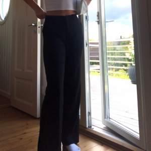 Skitsnygga svarta kostymbyxor med dragkedja och fickor från Lindex i strl 36! Endast använda 2 ggr☺️ (+59 kr frakt)
