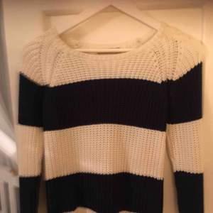 Oanvänd stickad tröja. Passar även small. •Köparen står för frakt!