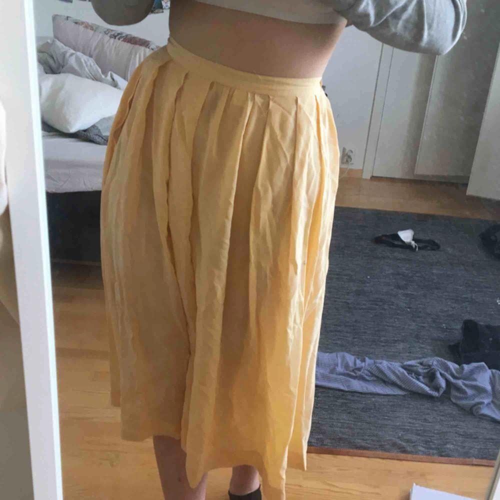 Gul och somrig vintage-kjol! Det är lite genomskinlig men man kan alltid ha ljusa underkläder så syns det inte! 💛. Kjolar.