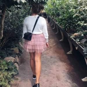 Rolig och söt gammalrosa kjol med volanger! Köpt i Frankrike och säljer för att den är lite liten för mig!   Frakten ligger på 44kr och betalas av köparen💫