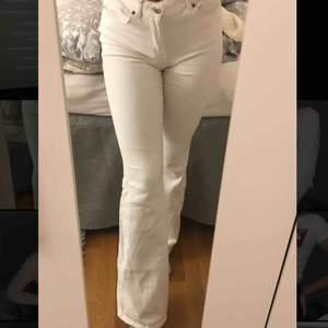 Jag säljer ett par vita DR DENIM bootcut jeans. Bra skick! Storklek M men passar även som S!