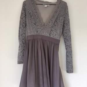 Fin klänning säljes pga fel storlek. Mycket bra skick och färg som passar bra både på sommaren och till vintern   Köparen står för frakten ✨