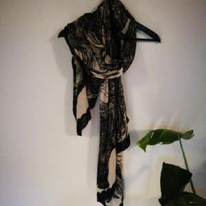 Neautiful 100% cotton scarf designed in Denmark and manufactured in India. It's a bif scarf that could be worn in multiple ways. Gorgeos print!
