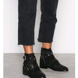 Splitter nya skor från River Island! Inköpta förra veckan och använda endast en gång. Coola och snygga skor men som tyvärr var för små för mig. Hör gärna av dig med frågor eller om fler bilder önskas! :).                     Priset är förhandlingsbart!