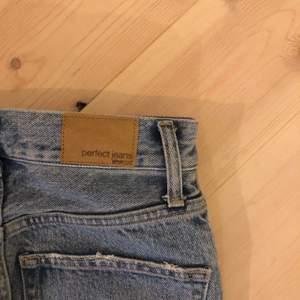 Blå momjeans från Gina Tricot i storlek 34 ✨ Har använt max 3 gånger 🤍 obs: dom är försmå för mig