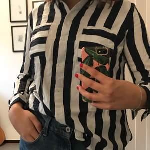 En mörkblå och vit randig skjorta från H&M. Den har tyvär inte blivit anvlnd så mycket, då den sitter lite tajt i armarna på mig, men annars är den väldigt najs. Hör av er vid intresse:))