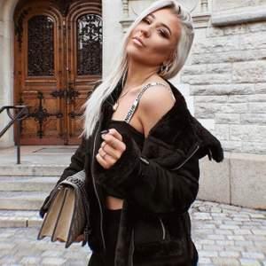 Dior inspirerat linne från Nelly! Sparsamt använd och passar till allt.