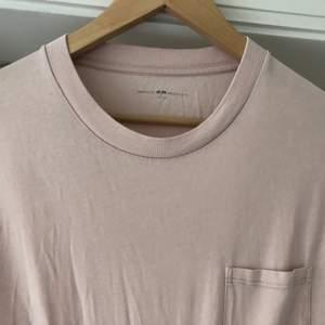 Långärmad bekväm tröja från brandy melville med en ficka på höger sida. Köpt för ca 200 kr. -ONE SIZE- kanterna nedtill är veckade