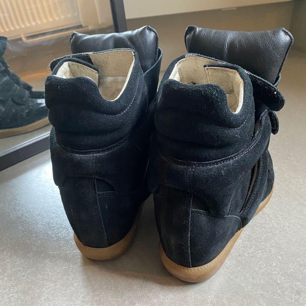 Säljer mina asnygga Isabel Marants. Köptes second hand för 3000kr(från äkta sida, kvitto kan visas) Men tyvärr så passar inte storleken mig! Nypris är 4500, jag säljer för 1500, riktigt kap då dom ser nya ut!! Möts upp eller Köparen står för frakt.<3. Skor.
