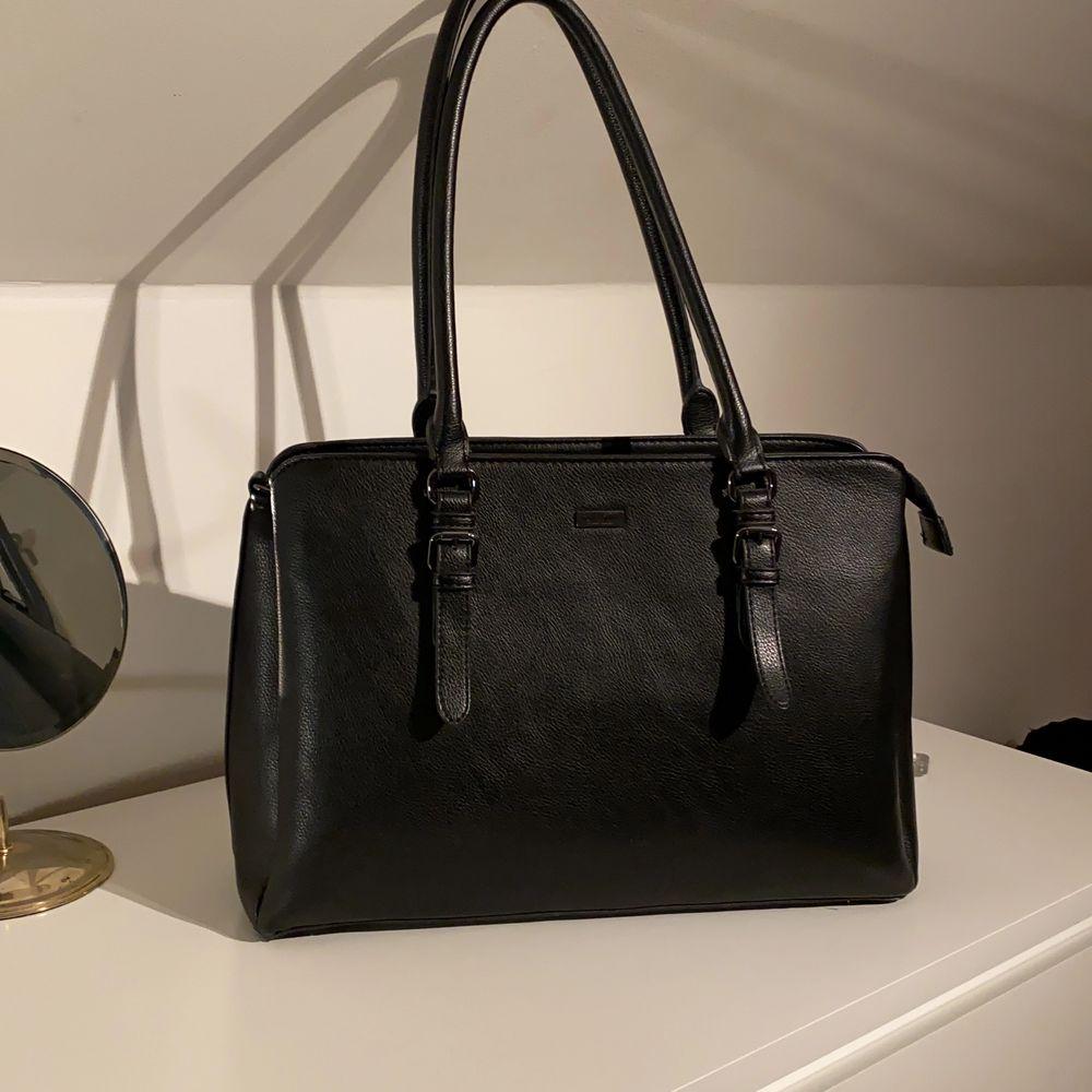 Säljer denna Super snygga väsa som kommer ifrån Don Donna😊 den har tre stora fack som är väldigt rymliga👜 pris 350kr ink frakt. Väskor.
