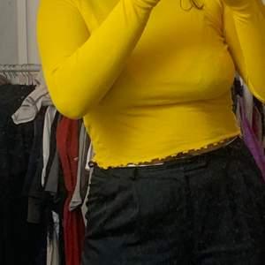 Långärmad senapsgul tröja. Köparen står för frakten.