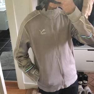 puma track jacket i perfekt skick! storlek M och passar true to size :) budet startar på 230kr, avslutas 2 dagar efter första bud! buda med minst +10kr :)