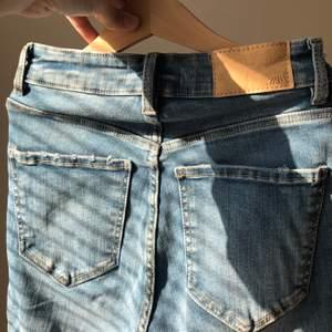 skinny jeans från zara(endast testade)💕säljs pga att det är ankel längd och att jag nt är bekväm i de✨dom är ljusare i verkligenheten men det blev svårt att försöka få den rätta färgen på bild men försökte få det på första bilden🌸super bekväma✨