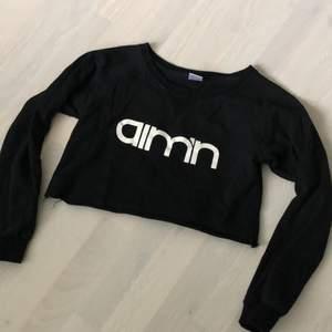 svart tröja från AIMN som jag croppat själv. Använd men fint skick!! Passar en XS/S