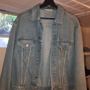 Jeans jacka från our legacy köpte på deras workshop store augusti 2019, storlek 44 men som en oversized s funkar med medium också, jätte fint skick knappt använd. Hör av er för mått eller andra frågor. Ny pris 1200