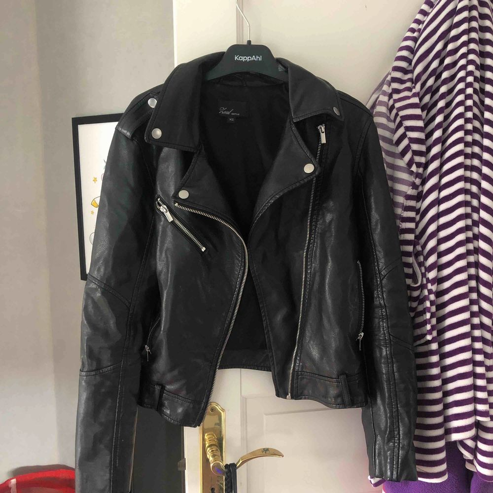 Säljer denna ur snygga skinn jacka i storlek XS Köparen står för frakten om du inte bor i Linköping så kan vi mötas upp . Jackor.