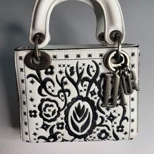 Oäkta väska i väldigt bra kvalite. Lady Dior Mini Bag, använt 1 gång, inget bälte.  Pris 1500.