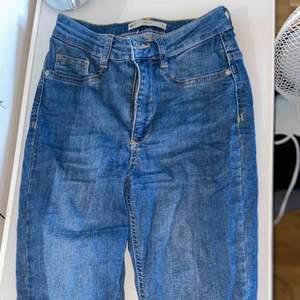 Ljusblåa jeans som är högmidjade. De är stretchiga och använda mycket men säljer den nu då de är för små för mig :)