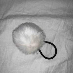 En tofs med en vit fluffig boll på.