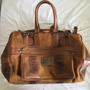Ärft väskan från morfar säljer den nu. Vintage så extra speciell😎 använd men ser fortfarande bra ut