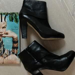 Ett par Nine West boots i svart läder med heel, 8-9cm.