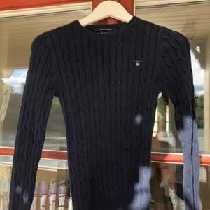 Blå stickad tröja från gant i storlek XXS. Tröjan är i fint skick! Vid snabb affär kan priset sänkas! Kan skickas om köper står för frakten 💕 Nypris 899kr