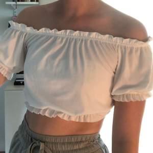 Säljer den här vita off shoulder toppen från gina tricot, då den aldrig har kommit till användning, i storlek XS. Pris 100kr INKL frakt ☺️