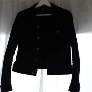 Snygg svart jeansjacka ifrån H&M med silver detaljer. Knappt använd så i fint skick!💛