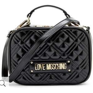 Snygg axelremsväska från LOVE MOSCHINO. Väskan har en snygg quiltad design med märkets logotyp framtill samt broderat baktill. 1500 kr eller bud från 800