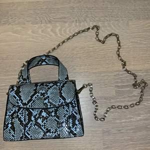 Jättefin helt oanvänd väska från Zara. Säljer då jag dessvärre inte fått användning av den. Går att använda som crossbody då lång kedja medföljer.