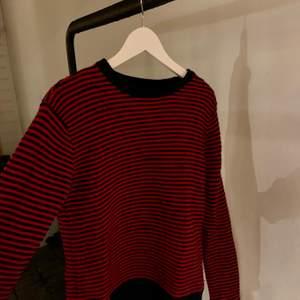 Stickad tjocktröja i röd och mörkblå från Zadig Voltaire köpt i Paris. Nästan oanvänd o väldigt bra skick. Skriv för fler bilder:)