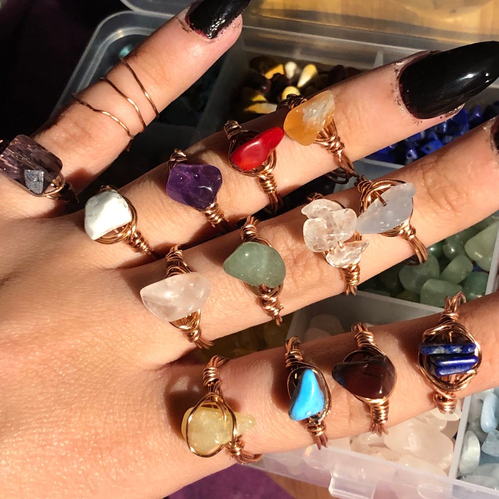 Äkta kristaller, handgjorda ringar. Skriv vilka kristaller du vill ha och din storlek (S/M/L) så fixar jag så fort jag kan! Om du köper 3 kristall ringar så får du en överrasknings ring på köpet (en av ringarna från mitt andra inlägg) Jag är snabb på att svara om du har några frågor. Jag har Evil eye ringar och silver tråd i lager igen. GRATIS FRAKT‼️SNÄLLA skriv bara till mig om du är allvarlig och verkligen tänker köpa eller har en genuin fråg (som inte redan står i beskrivningen). Det är hög press så om du tänker köpa så skriv vilka ringar och storlek på en gång! Jag får många meddelanden på en gång och jag kan inte hålla koll på de som verkligen tänker att köpa och folk som skriver utan anledning och sen ignorerar mig‼️‼️‼️‼️. Accessoarer.
