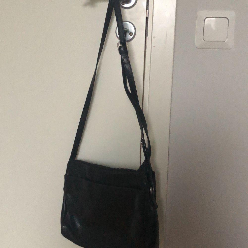 50kr+ frakt. Köpt ifrån en secondhand i Berlin. Storleken går att reglera, jag har på den minsta! Använd en gång. Larmet sitter kvar i en av fickorna men märks inte, de beror på att tjejen i kassan glömde de o ja märkte de efter att jag kommit hem💖💖. Väskor.