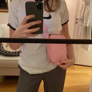 Rosa väska från weekday💘