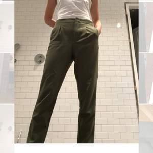 Säljer ett par as snygga Zara kostymbyxor med svart/vit revär på sidan!! Byxorna är i nyskick då det tyvärr var för stora för mig!! ❤️