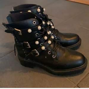Supertrendiga och så häftiga skor från Bullboxer. Kostade från början 799kr. Använda 2/3 ggr. Superbra skick.