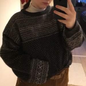 Köpte denna otroligt fina tröjan second hand men den har bara inte kommit till användning🥺 såå mysig och älskar den verkligen! Står XL men känns mer som en L💜 (den är mörkgrå och vit)💜