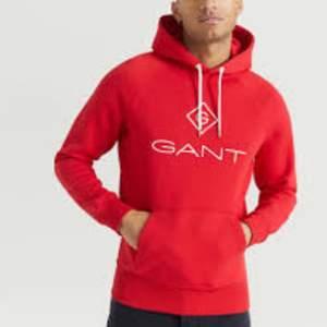 Röd gant hoodie i strl M. Fint skick. Köptes runt 700kr så säljer nu för 250+frakt🤍