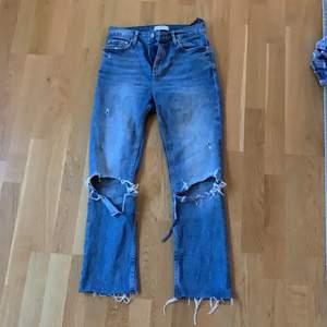 Raka jeans från zara med hål på knäna. Bra skick