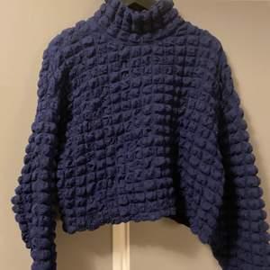 Säljer denna blå bubbliga tröjan, tröjan är kroppad och materialet är i mycket stretch.
