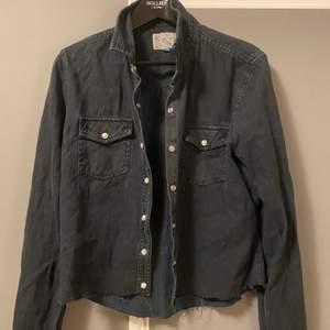 Säljer denna halv kroppade svarta jeans skjortan, används snyggt både öppen som stängd.