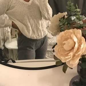 Säljer sena fina vita tröja som jag aldrig använt, dock är den lite genomskinlig men inget som syns mycket🐼🥼🤍🧂🍨frakt ingår ej!!!!