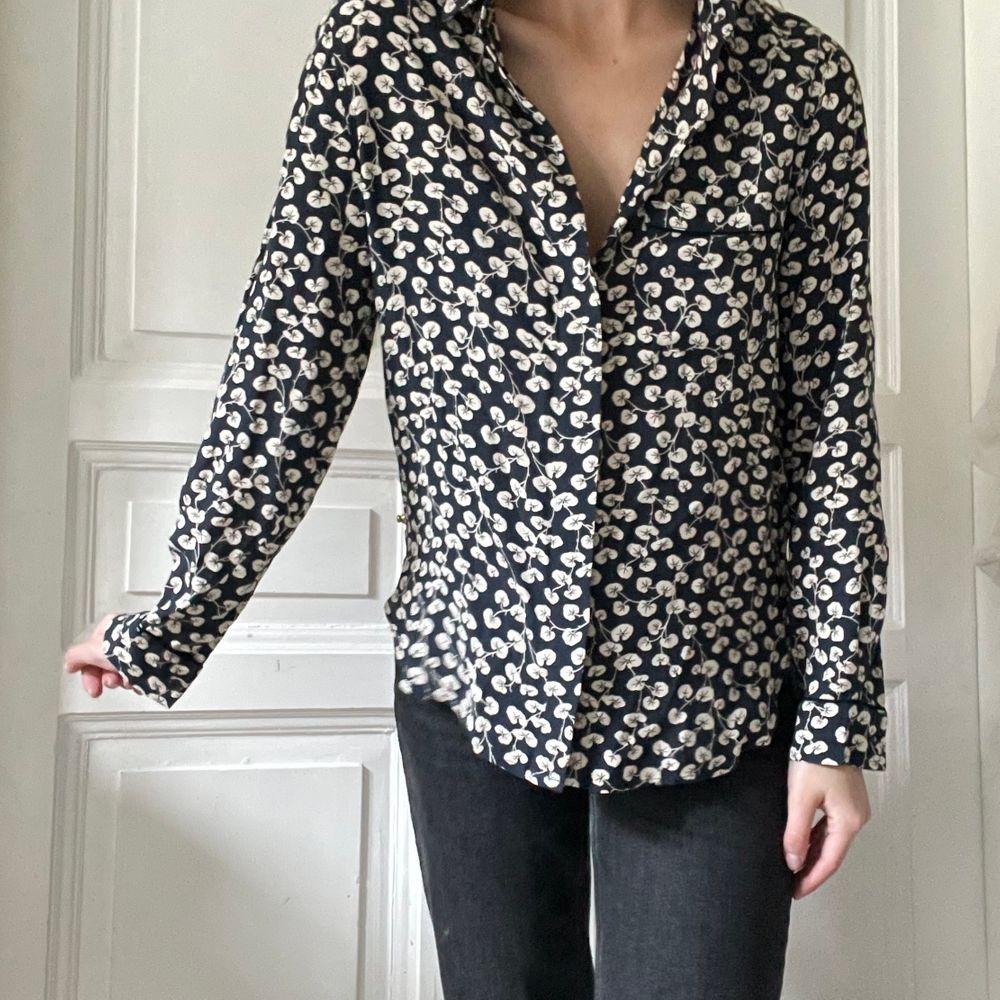 Suuuuperfin mörkblå skjorta från Ganni i storlek 34, men jag är 36 och den passar mig jättebra. Mycket populärt mönster! Jag älskar Ganni men trivs inte riktigt i just denna skjorta så jag säljer den vidare. Använd max 5 gånger av mig men köpt begagnad. Mycket fint skick dock och kan inte hitta några anmärkningar alls på den. Köparen står för frakten som tillkommer 💖. Skjortor.