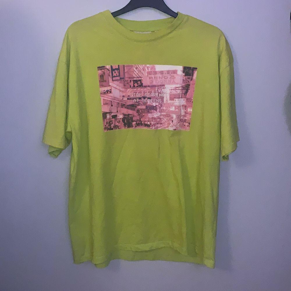 """T-shirt från Junkyard. """"Stop staring at screens"""". Skickar spårbart. . T-shirts."""