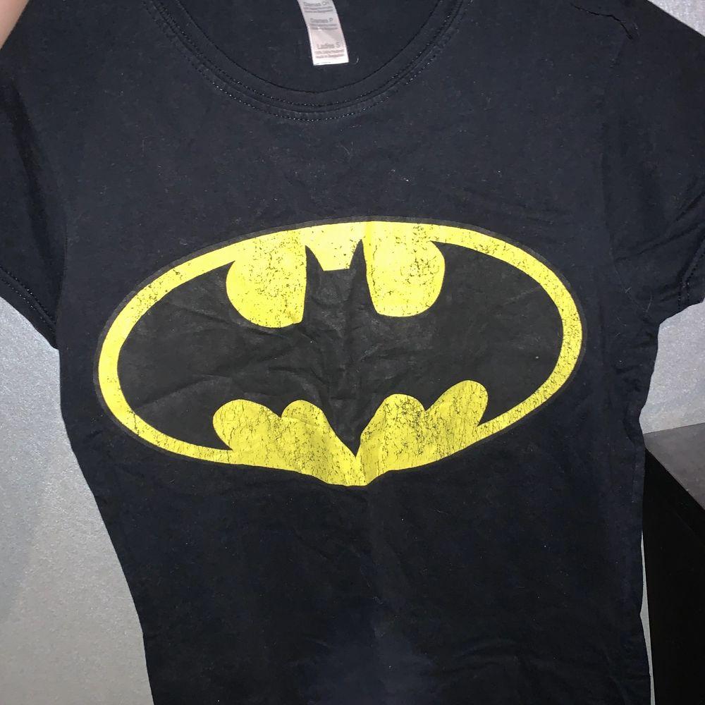 En svart Batman t-shirt som ej kommer till användning. Köptes på Sweet Love Sugar(heter nu Ovrhypd) på Emporia i Malmö för 129kr. Lite sliten, som man kan se på själva Batman loggan, men tycker personligen det är lite snyggt. Storlek S. Frakt 42kr.. Skjortor.