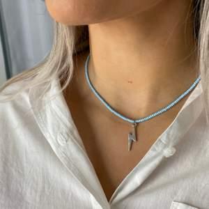 Ett snyggt, trendigt, handgjort halsband från kollektionen himmel. Finns även med guld blixt
