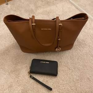 Intressekoll på denna väska och plånbok. Väldigt bra skick!