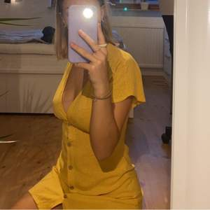 En riktigt söt orange klänning med vita prickar som är köpt här på Plick. Aldrig använd eftersom den va lite för tajt över mina bröst. Färgen är mer orange/senapsgul i verkligheten,  som på sista bilden. (Sista bilden är lånad från personen jag köpte klänningen av). Budgivning vid många intresserade & köparen står för frakten 💕